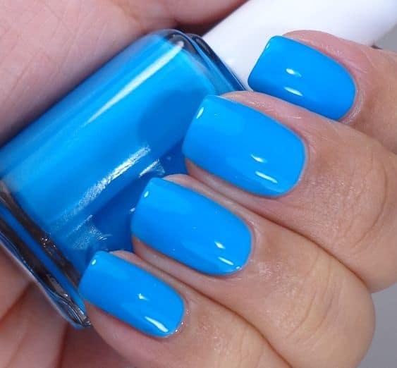 unha com esmalte azul neon