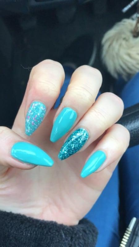 nail art com esmalte azul turquesa