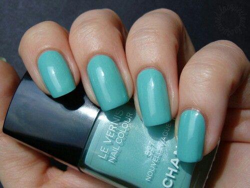 unha azul turquesa com esmalte Chanel
