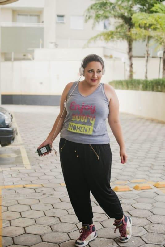 look plus size com calca jogger preta e tenis
