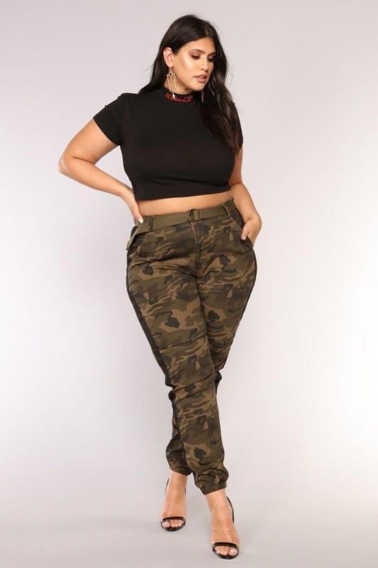 look com calca jogger camuflada plus size e cropped preto