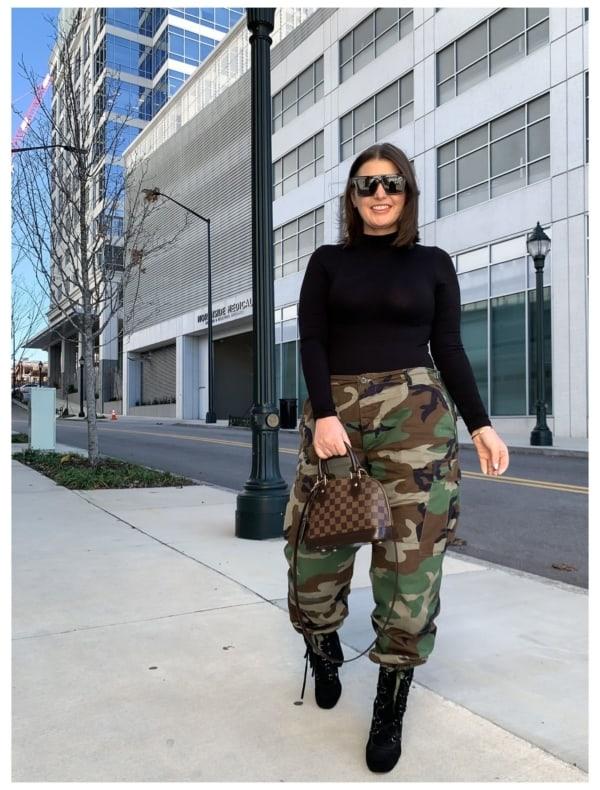 look com calca camuflada plus size e bota