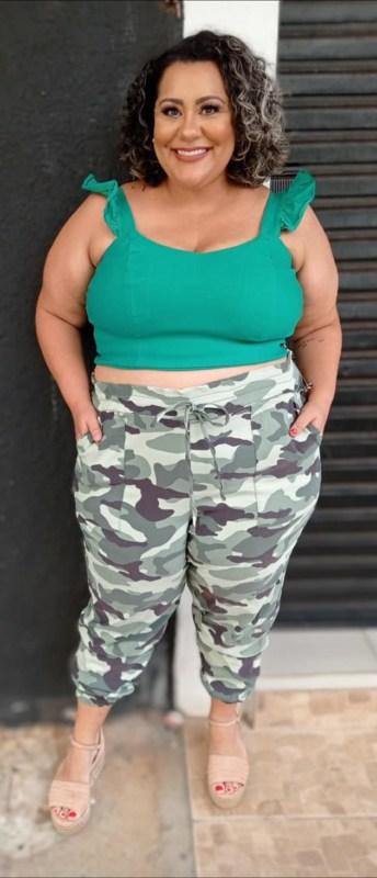 como usar calca jogging camuflada com cropped verde