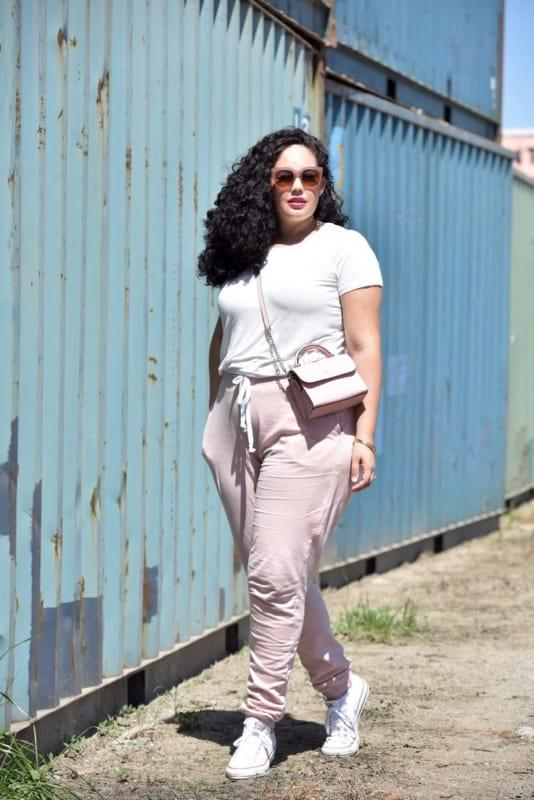 look plus size com calca jogger rosa