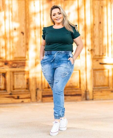 look plus size com calca jogger jeans