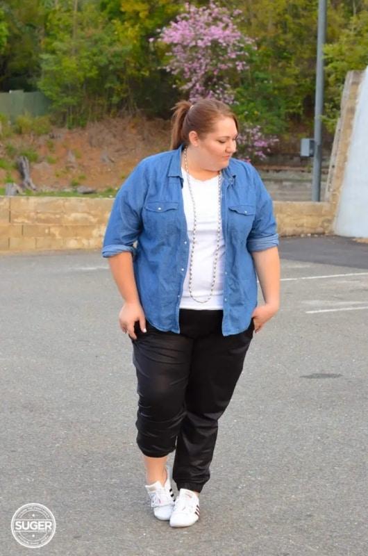 look plus size com calca jogger preta e camisa jeans