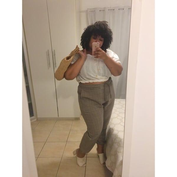 look plus size com calca jogger xadrez e cropped