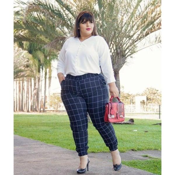 look plus size com calca jogging estampada e camisa branca