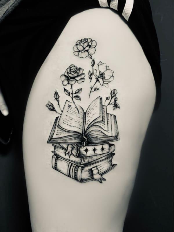 tatuagem de livros com flores